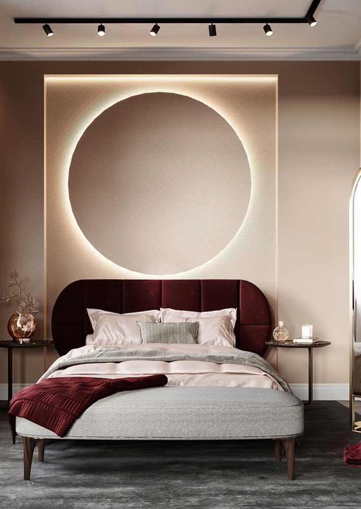 Explore a textura dos tecidos para trazer conforto ao quarto, como é o caso dessa cabeceira de veludo