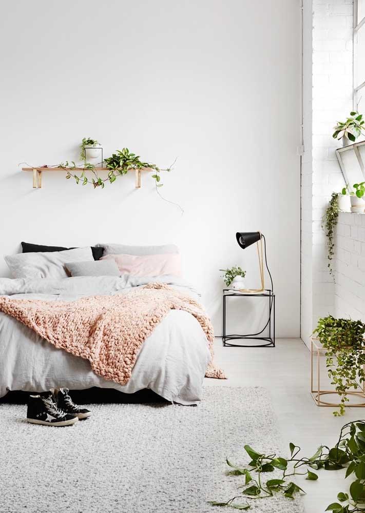 Luz natural no quarto? Bora decorá-lo com plantas então!