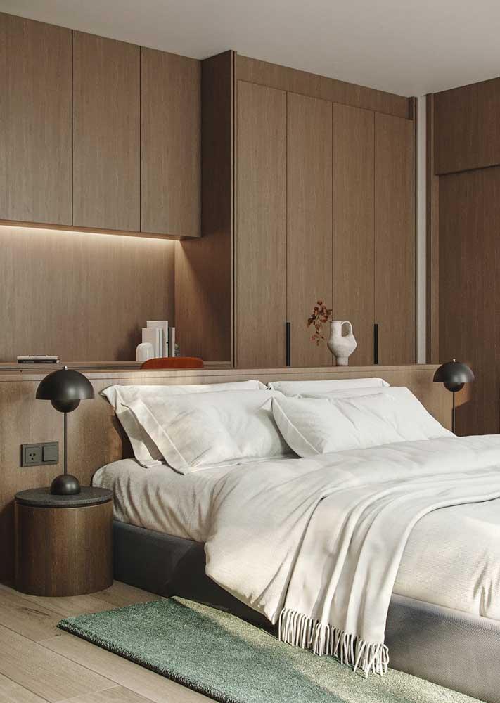 Decoração de quarto de casal com móveis planejados