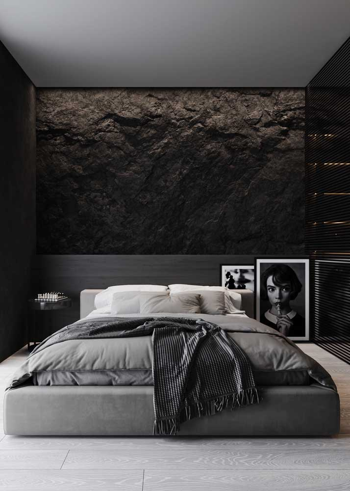 Decoração de quarto de casal em tons sóbrios e modernos. Destaque para a parede revestida com pedras