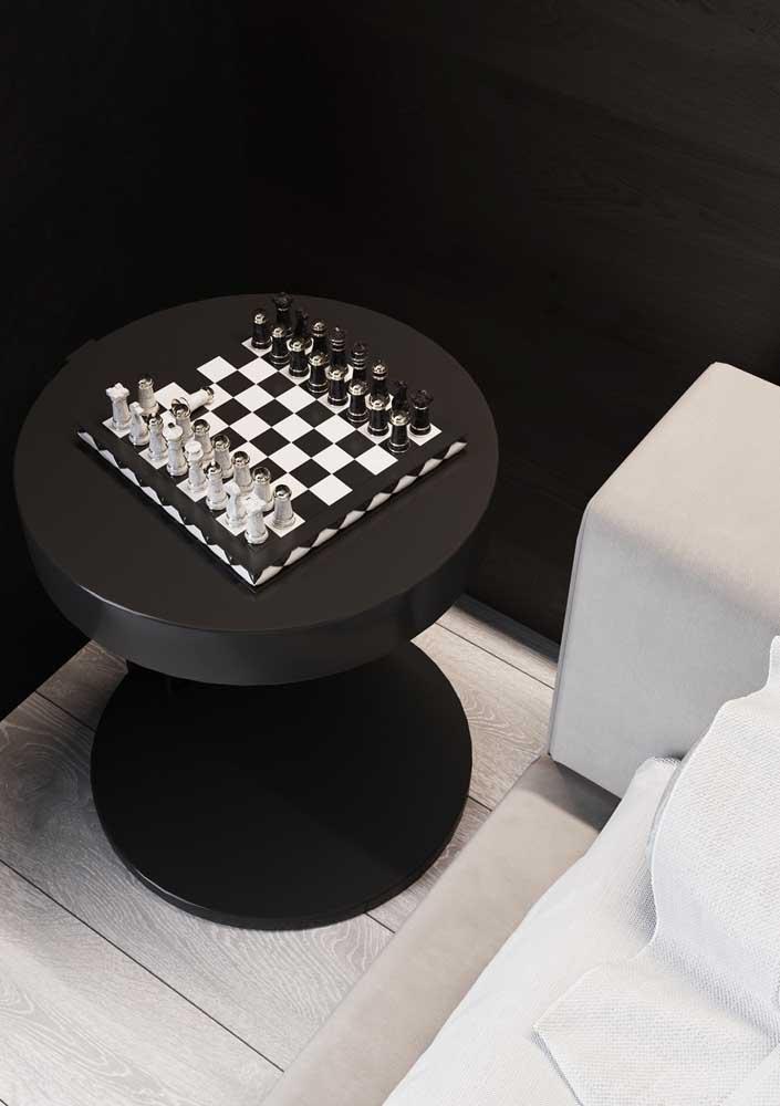 E o que acha de uma mesinha de cabeceira com jogo de xadrez?