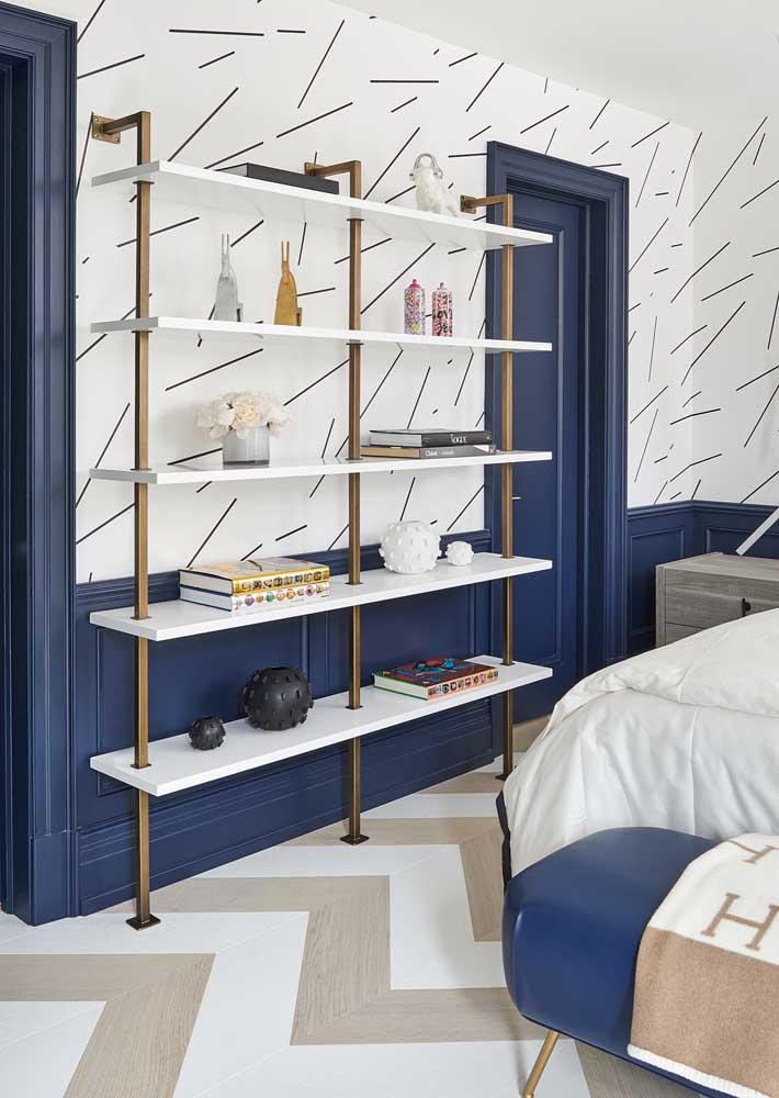 Os poucos móveis dão o tom moderno do quarto