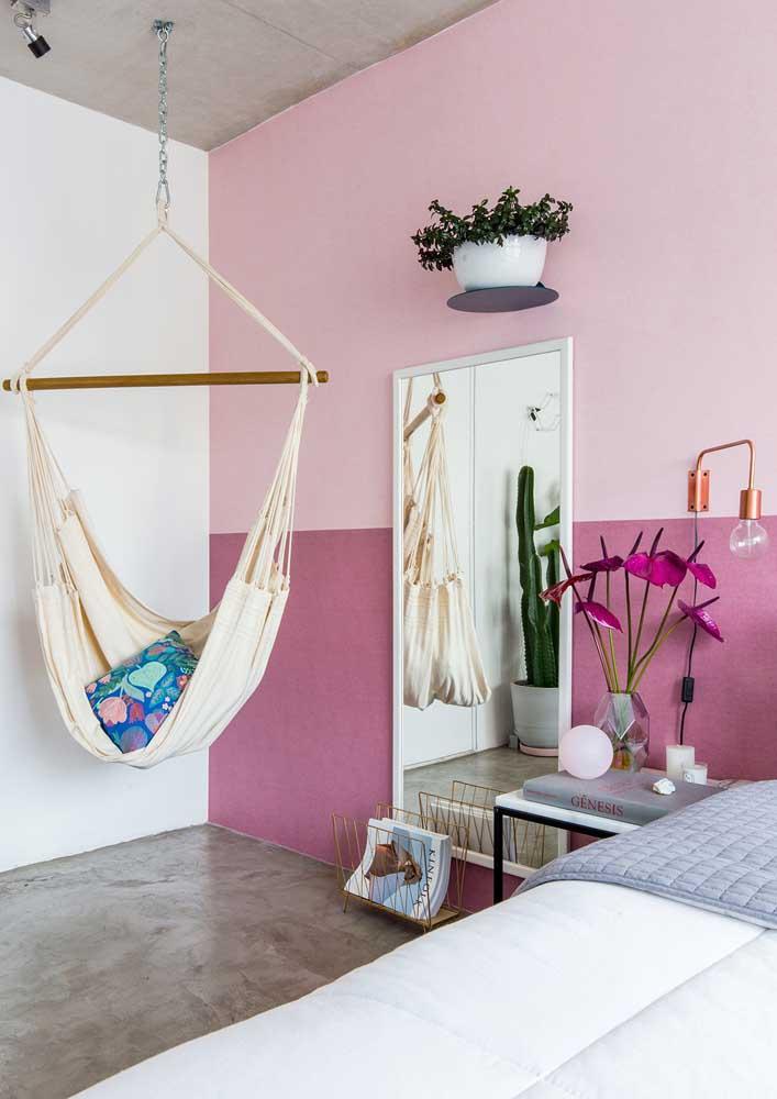 Já pensou em um quarto cor de rosa? O cinza traz o contraste necessário para a decoração