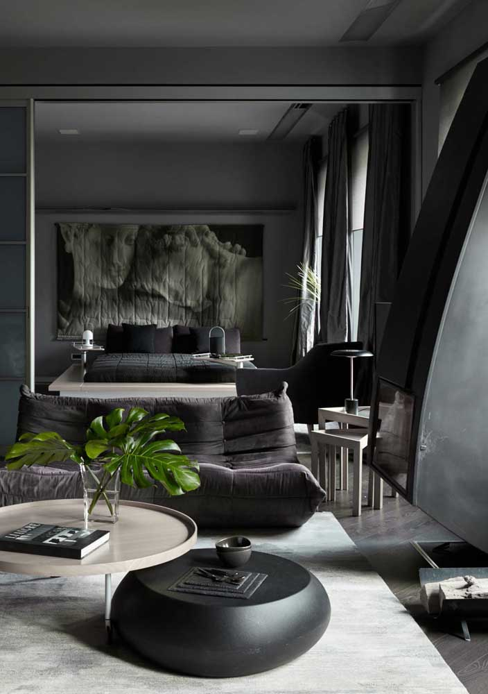 Misterioso e sofisticado, a decoração desse quarto de casal surpreende pelo uso do preto