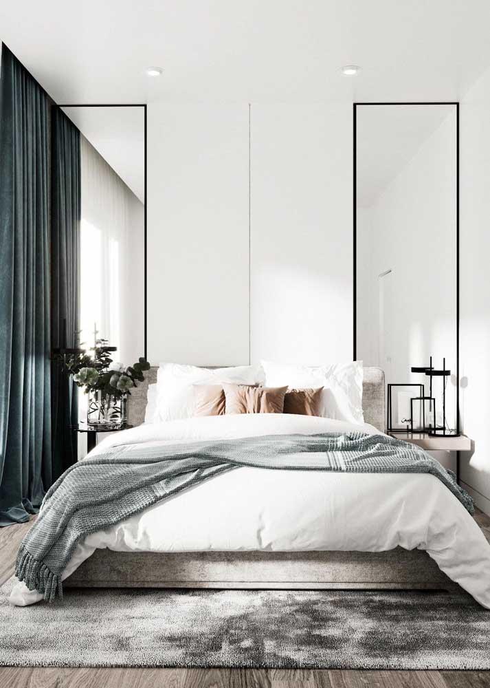 Quarto de casal minimalista e elegante. Aqui, os espelhos valorizam a altura do pé direito