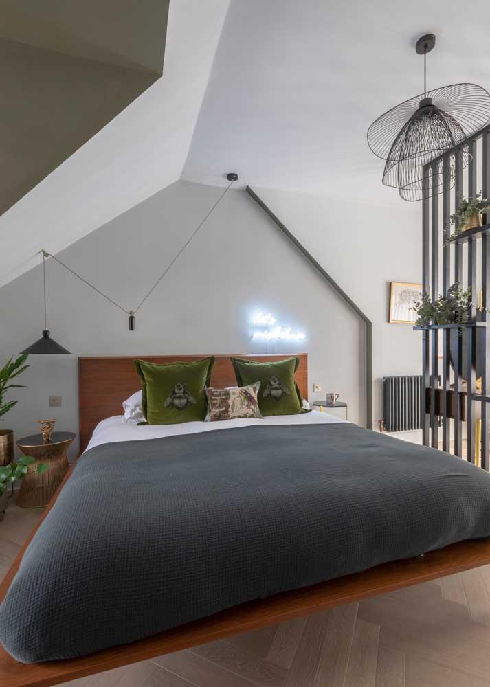 O charme desse quarto de casal está na arquitetura diferenciada do teto