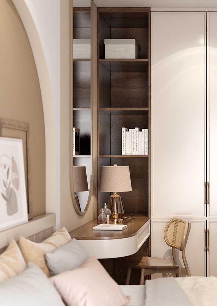 Quarto de casal decorado com móveis planejados para aproveitar melhor o espaço