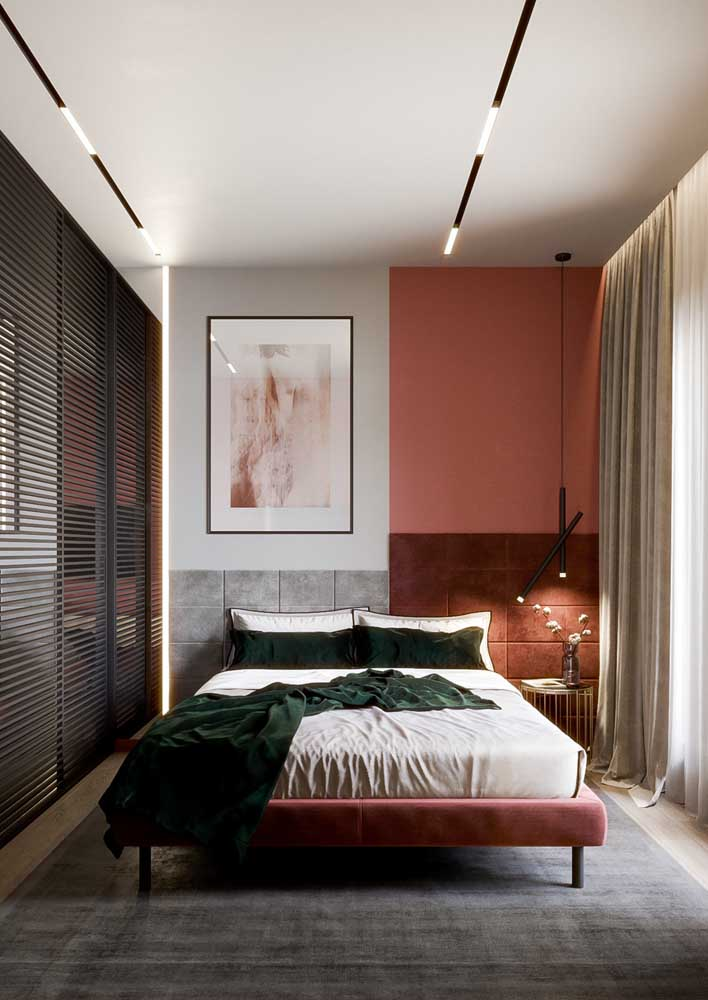 Decoração de quarto de casal pequeno com closet. Destaque para o uso das cores