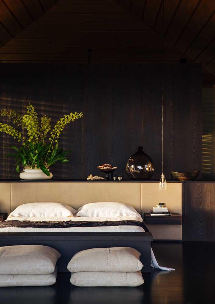 As cores escuras são aconchegantes, mas devem ser usadas com cuidado para não sobrecarregar o quarto