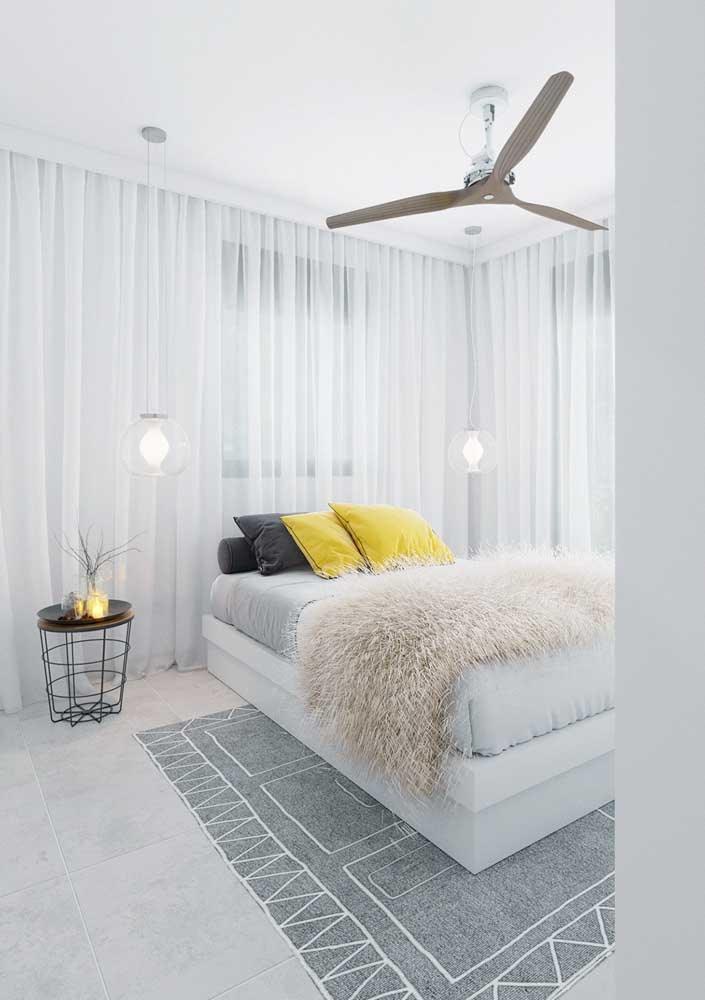 As cortinas trazem leveza para decoração do quarto de casal