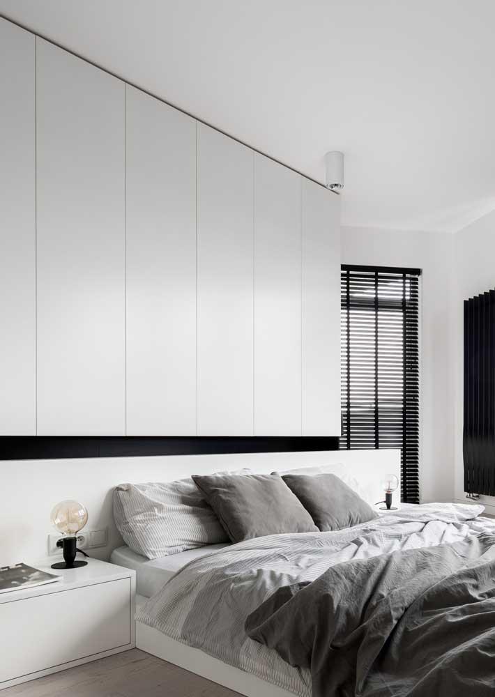 Quarto de casal minimalista na essência: cores neutras em contraste, poucos móveis e muita funcionalidade