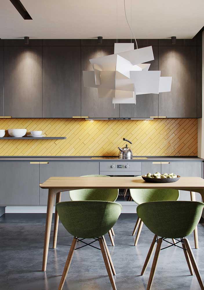 Projeto luminotécnico para cozinha: luz indireta para valorizar a marcenaria