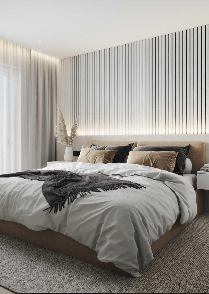 A iluminação indireta na cabeceira traz conforto para o quarto do casal