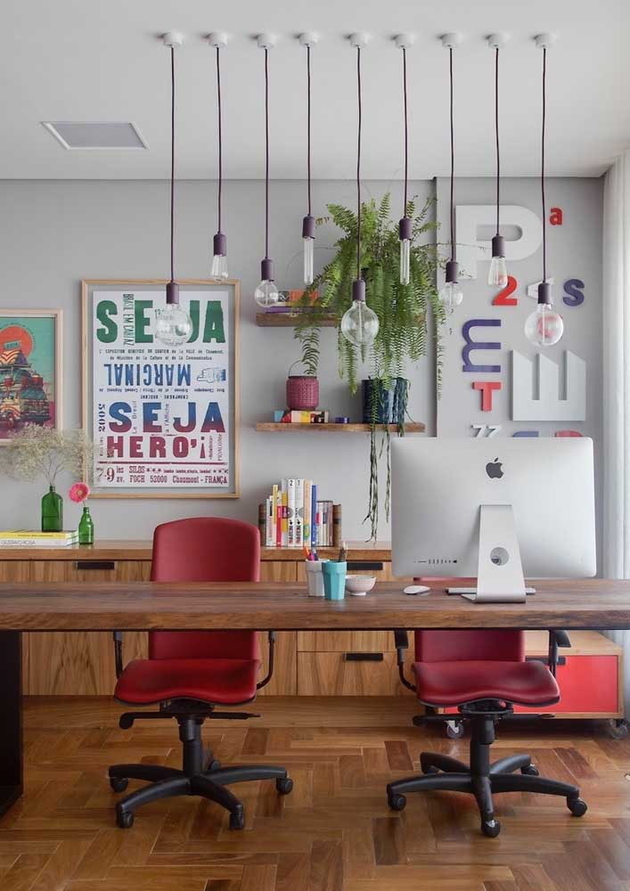 Lâmpadas modernas de LED trazem a iluminação necessária para o escritório