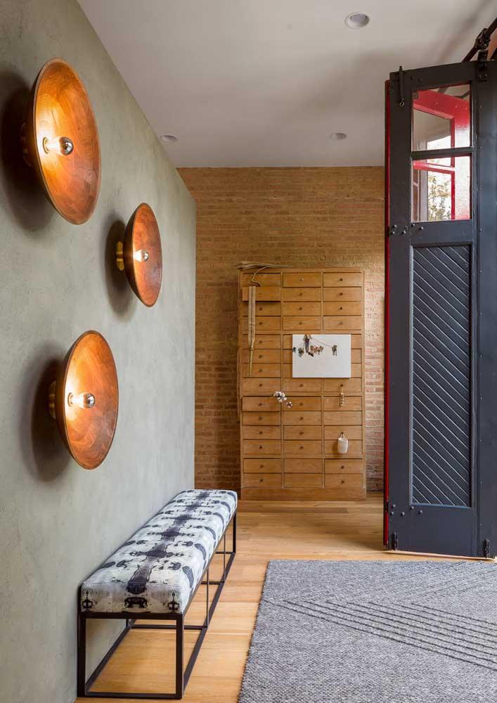 Iluminação indireta e criativa na parede do hall