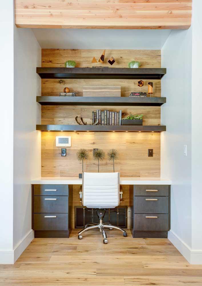 A luz quente e indireta deixa o home office mais aconchegante