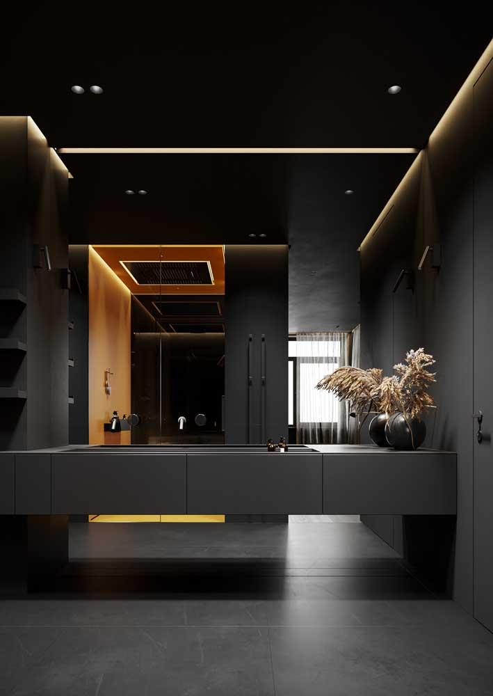 Banheiro preto chiquérrimo com projeto luminotécnico indireto
