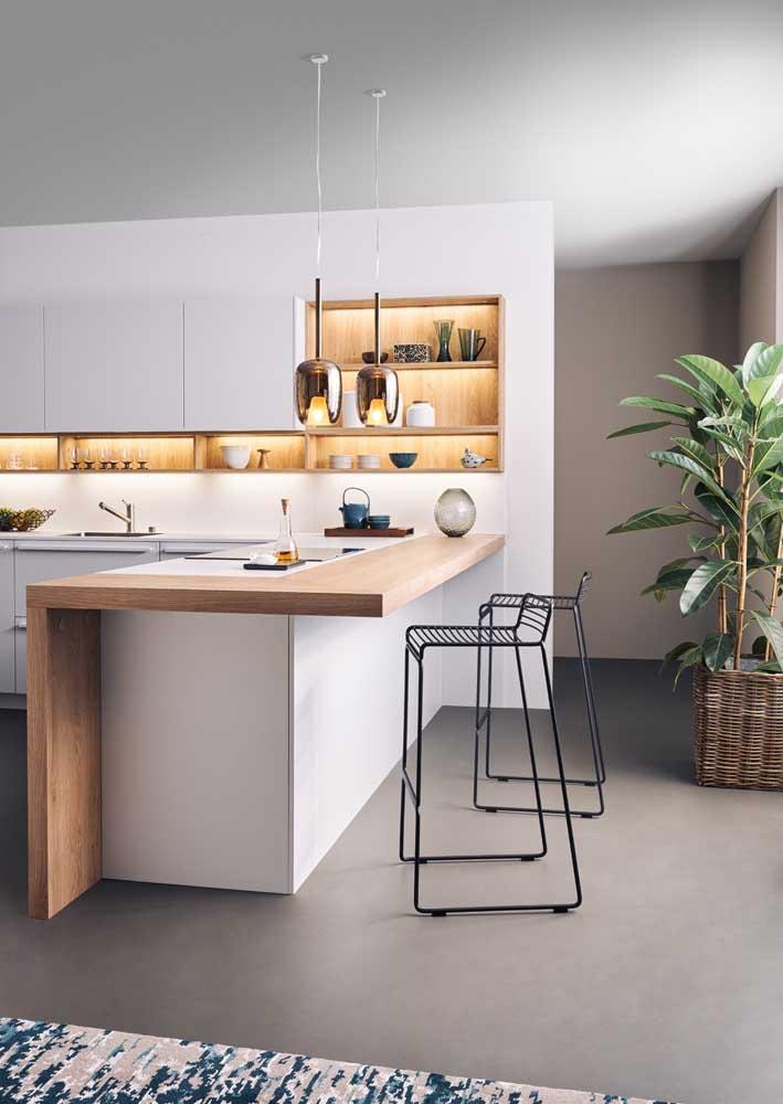 Cozinha iluminada com conforto e funcionalidade