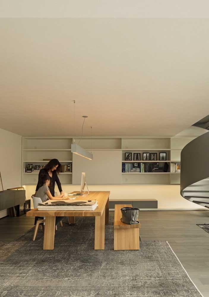 Para mesas de escritório, a luz direta é a mais indicada
