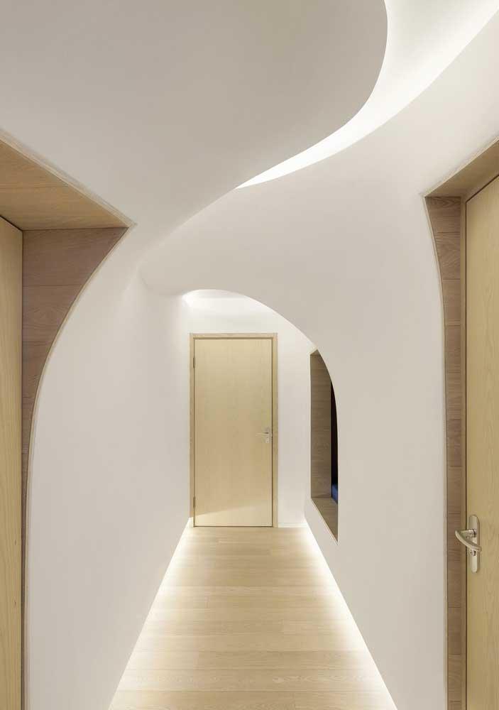 Aqui, as luzes valorizam a arquitetura da casa
