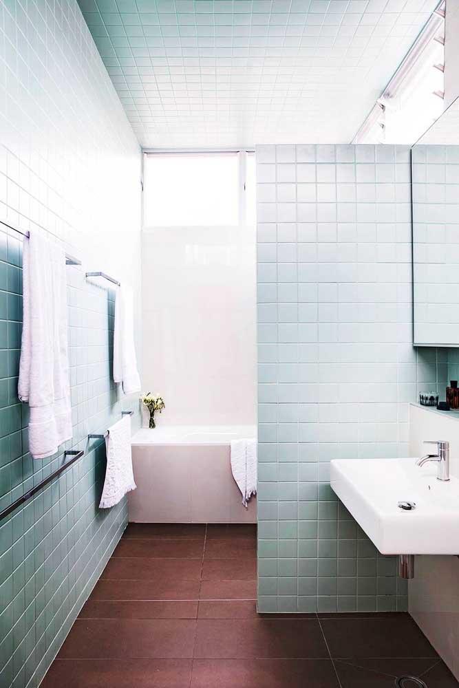 Pintura de azulejos do banheiro. Aqui, a tinta vai do piso ao teto
