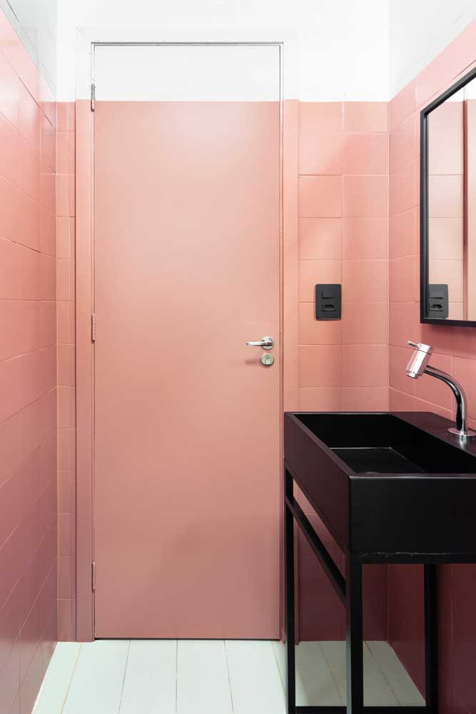 Aqui, até mesmo a porta entrou na reforma e ganhou a mesma cor dos azulejos