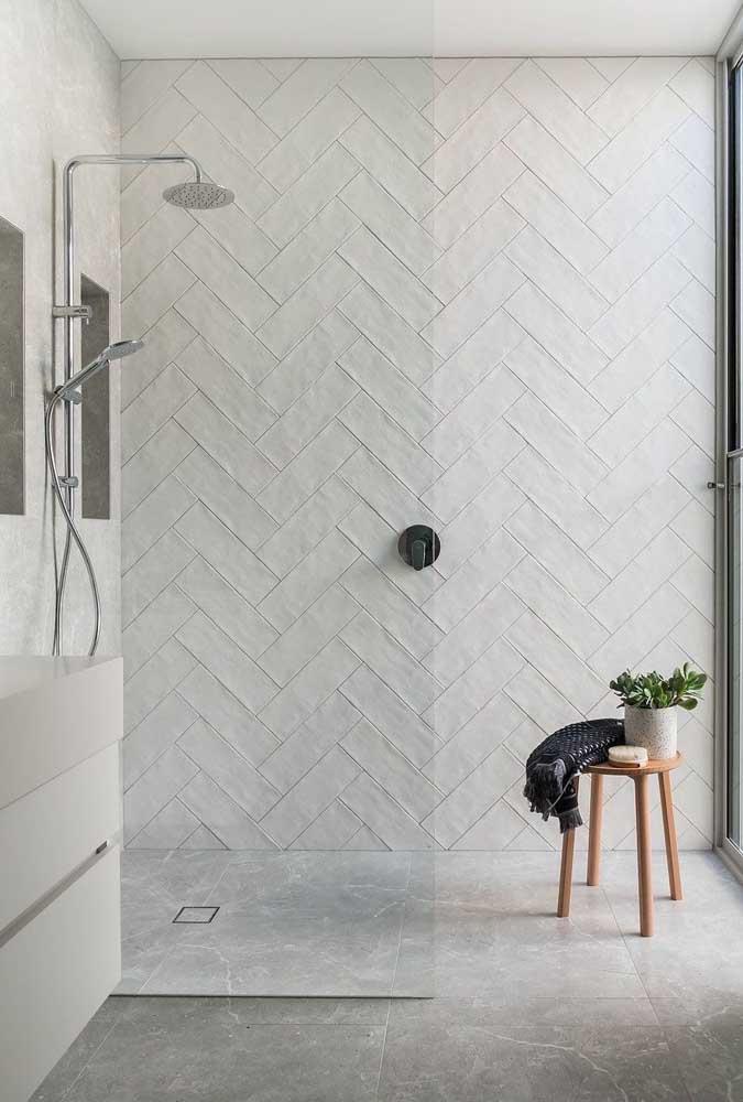 Tinta para azulejo branco combinando com a decoração do banheiro