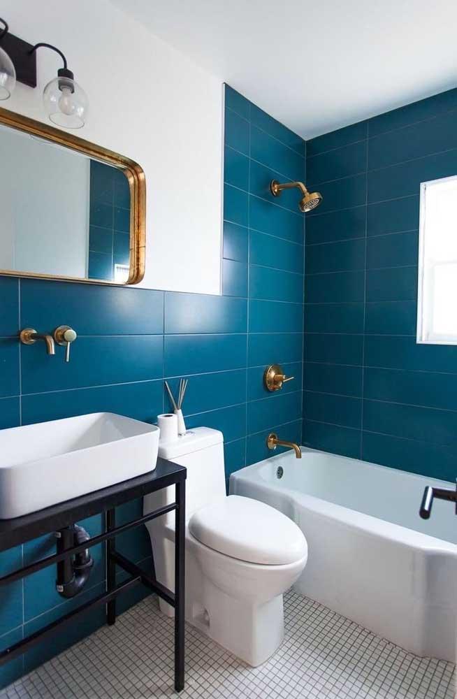 O charme aqui foi combinar a tinta azul dos azulejos com os acessórios dourados