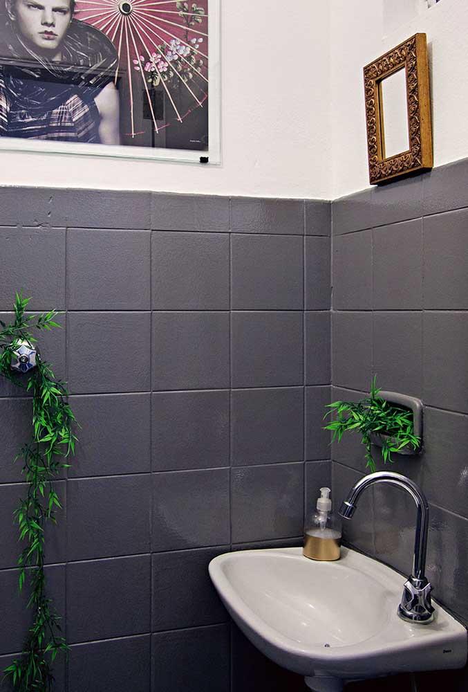 Como transformar um banheiro gastando pouco da noite pro dia? Pintando o azulejo!