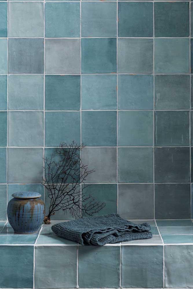 Que tal pintar cada azulejo de uma cor diferente?