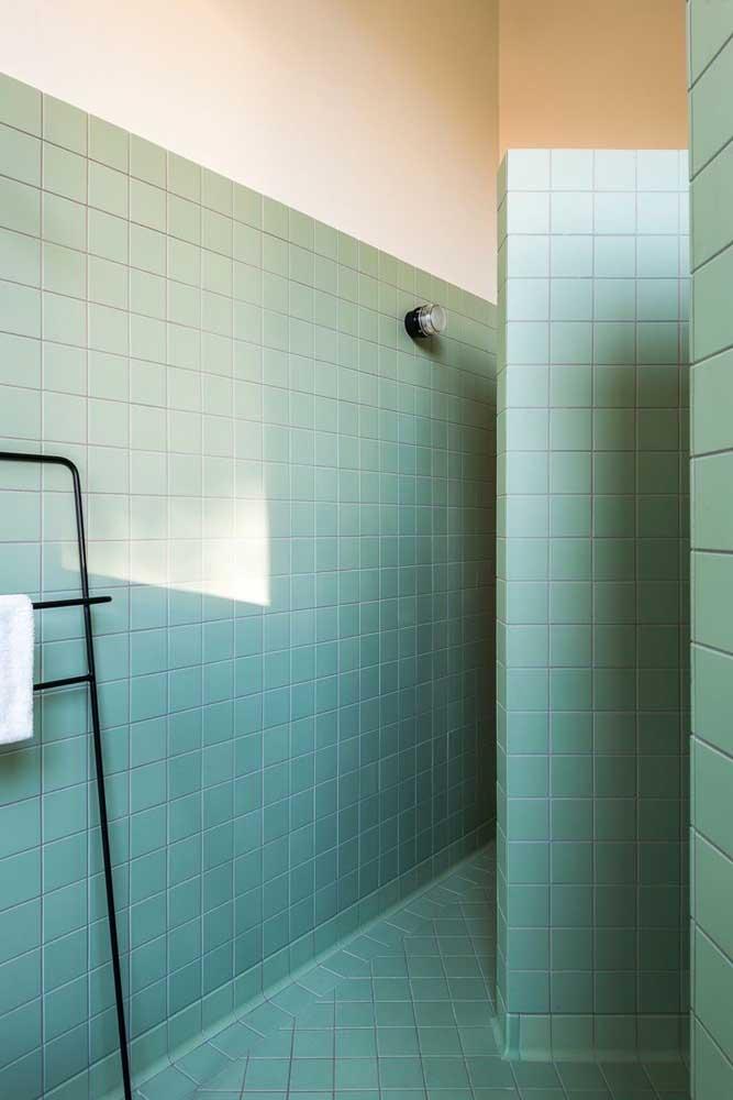 Pintura de azulejos em tom de verde menta. Para pintar o piso use tinta epóxi a base de solvente, já que ela é mais resistente e durável