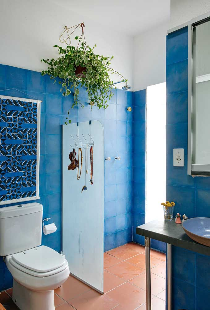 Azul para acalmar e alegrar esse antigo banheiro reformado pela pintura do azulejo