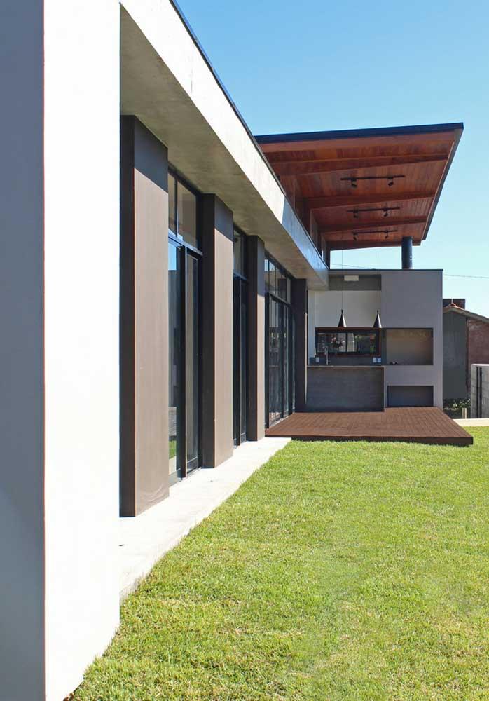 Churrasqueira embutida de parede para uma área externa simples e funcional