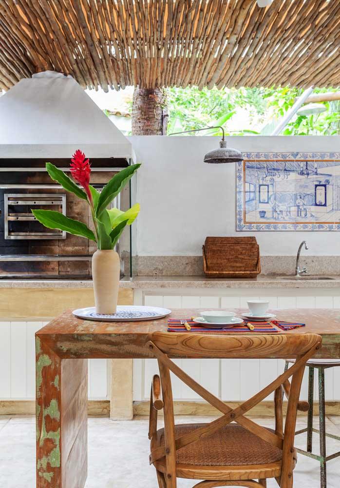 Área de churrasco rústica com churrasqueira de alvenaria