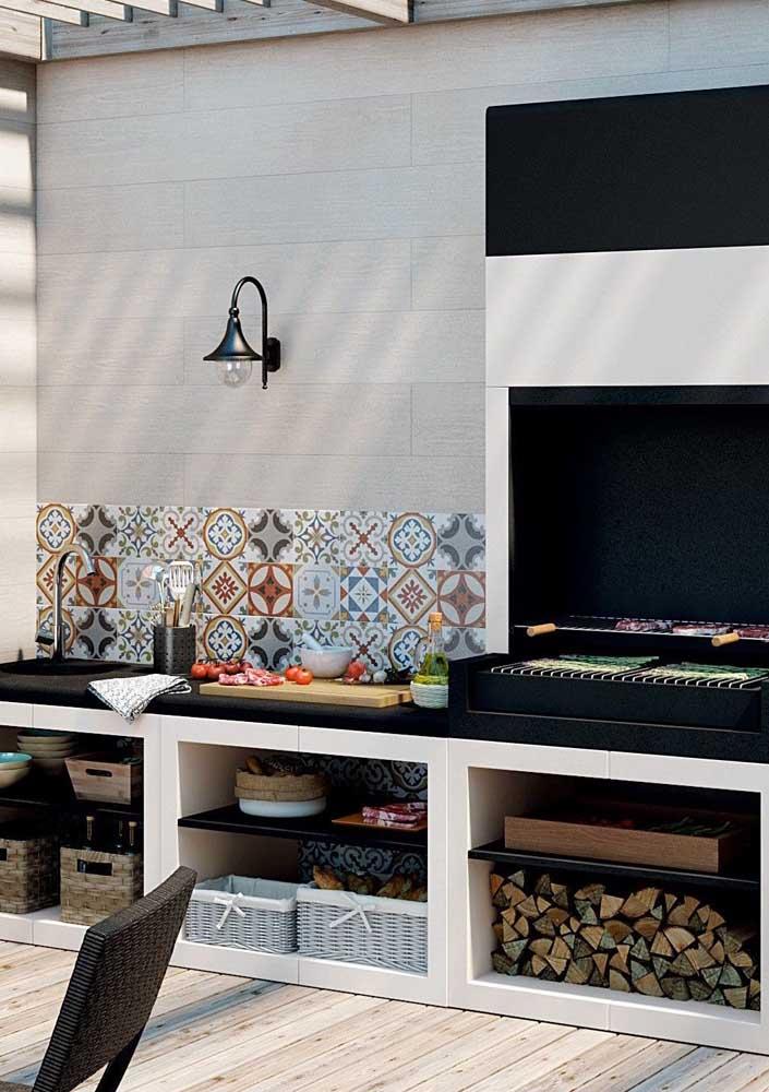 Churrasqueira de parede com bancada acoplada para facilitar o preparo das refeições
