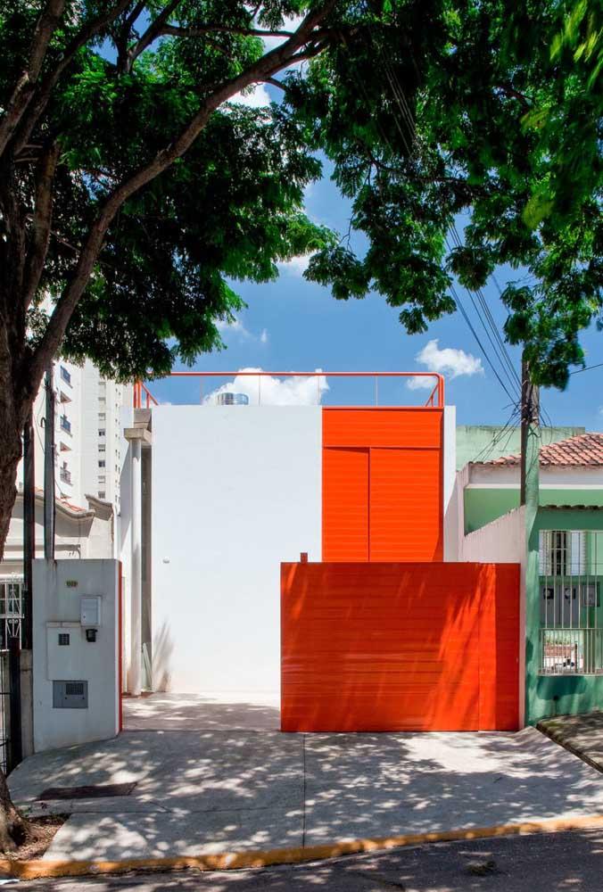 Pintura de casa externa com contraste moderno entre o branco e o laranja