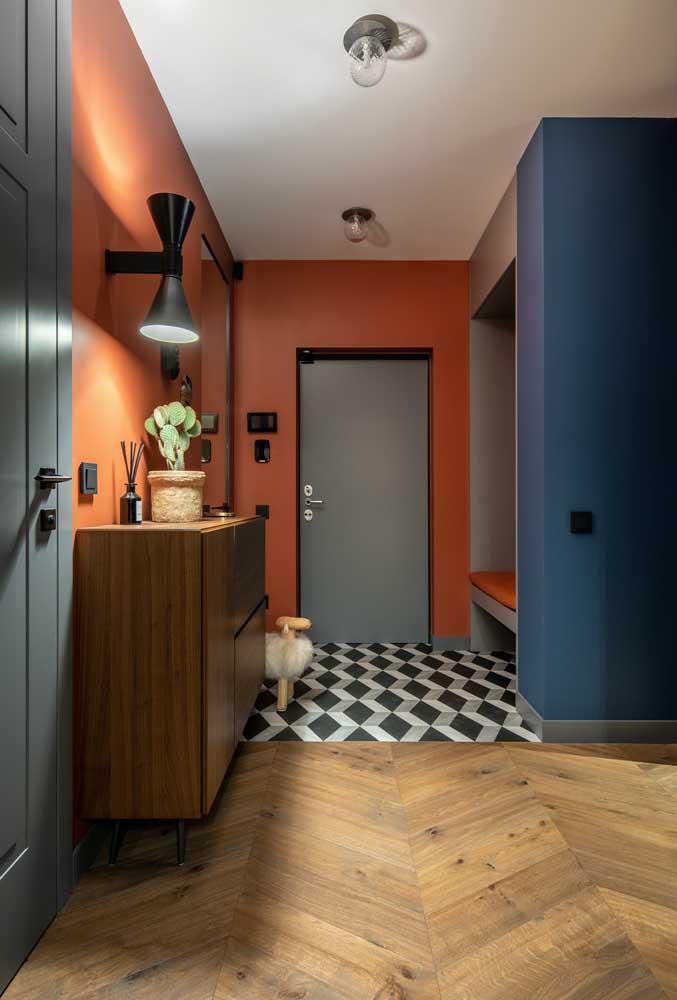 A pintura laranja criou um portal no hall de entrada