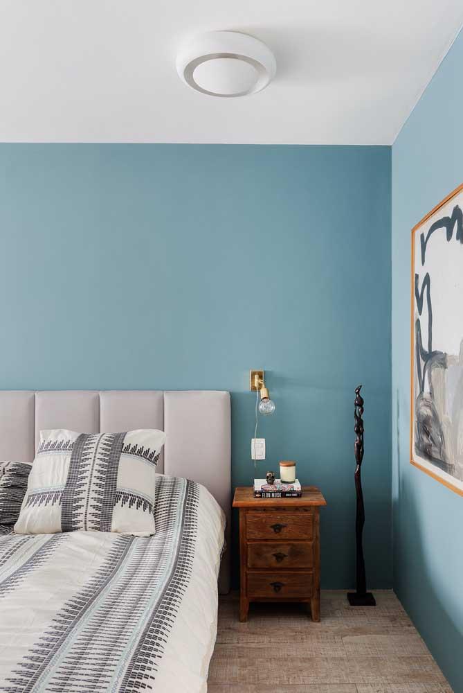 A parede azul claro traz tranquilidade para o quarto