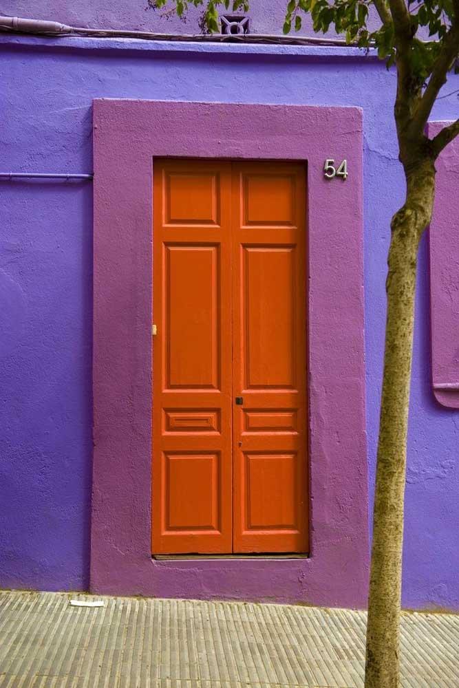 Roxo e laranja: cores complementares na fachada