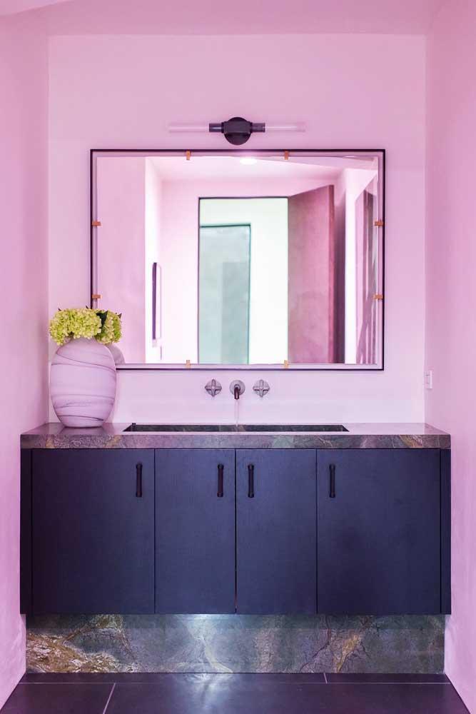 Que tal um banheiro de parede cor de rosa?