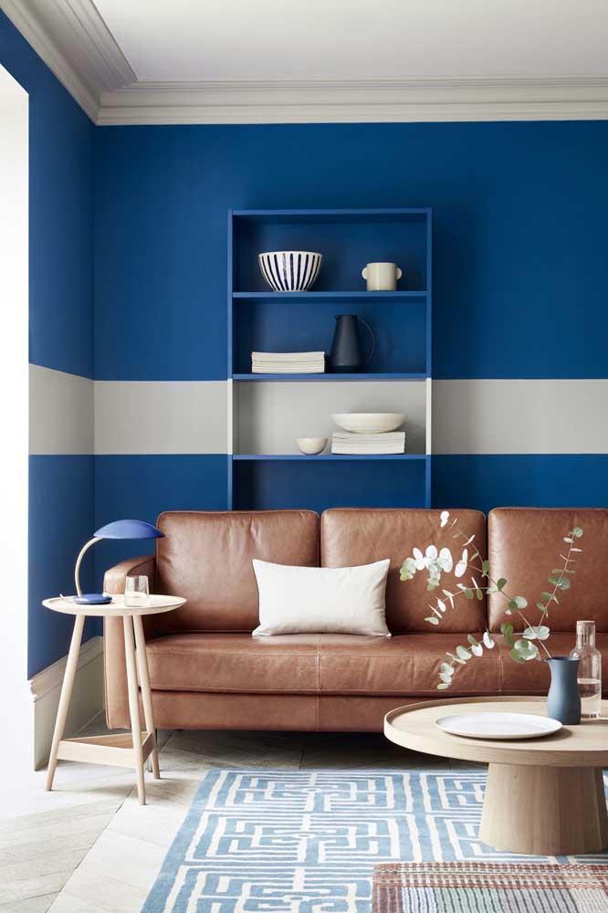 Pinte os móveis acompanhando a pintura da parede