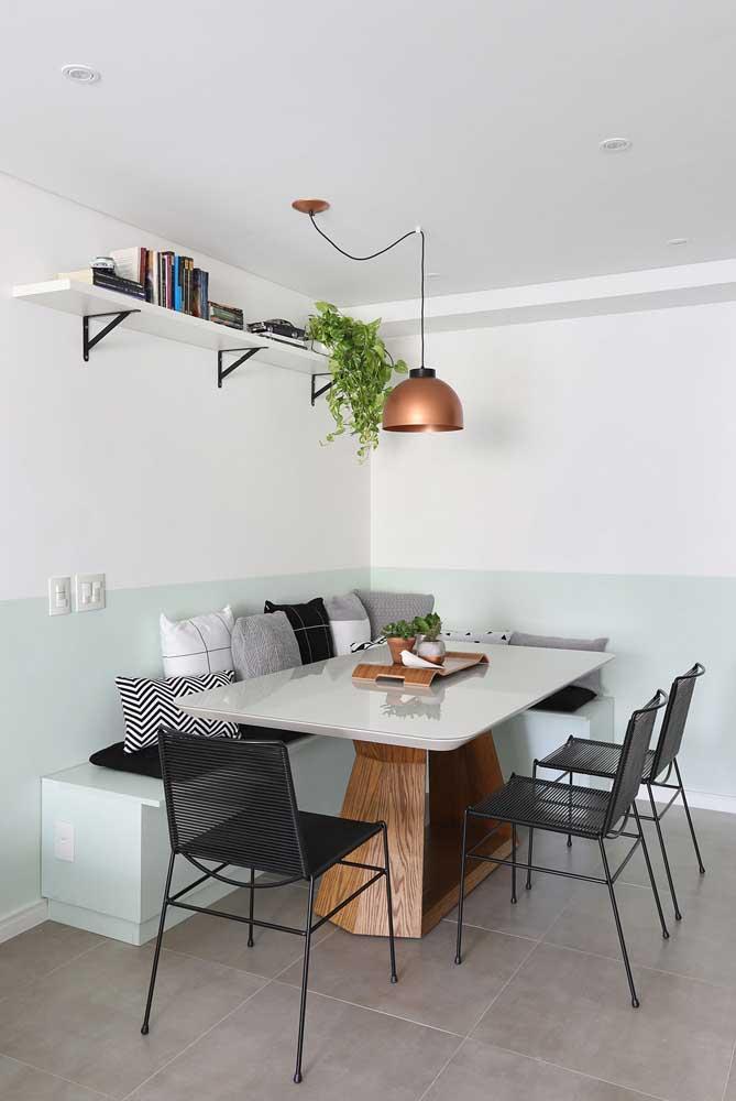 Meia parede branca e azul claro: suave e moderno