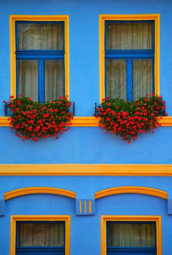 Nessa fachada clássica, o amarelo ressalta os detalhes da arquitetura