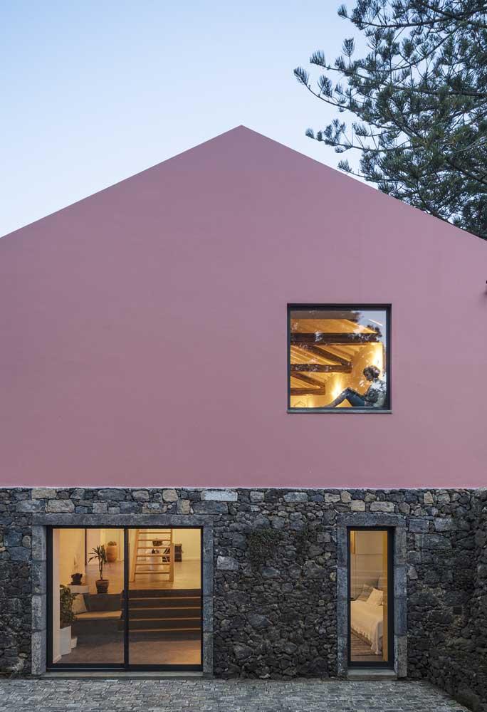 O rústico das pedras com a delicadeza da parede rosa