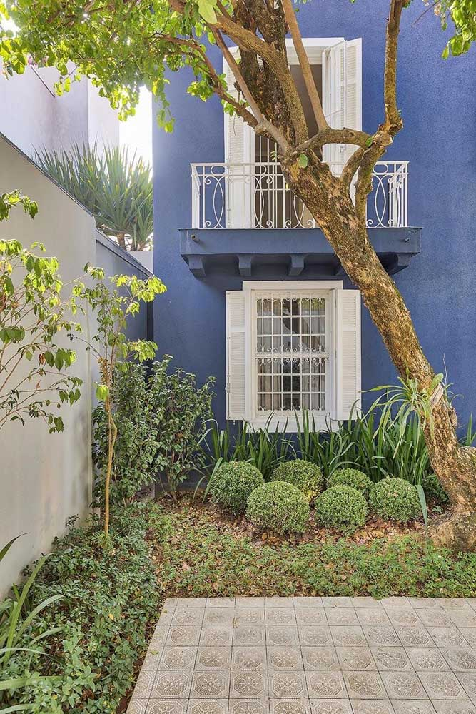 Parede azul combina com janelas brancas