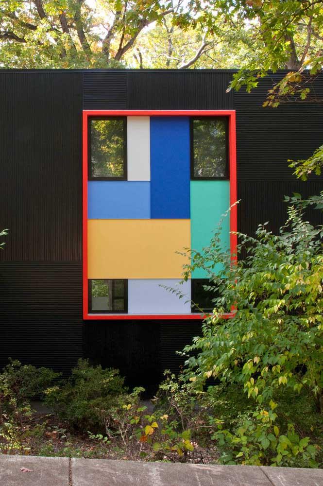 A base preta da pintura destaca os elementos coloridos na fachada