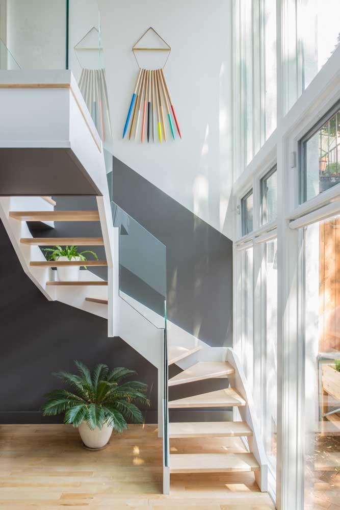 Meia parede cinza valorizando a escada