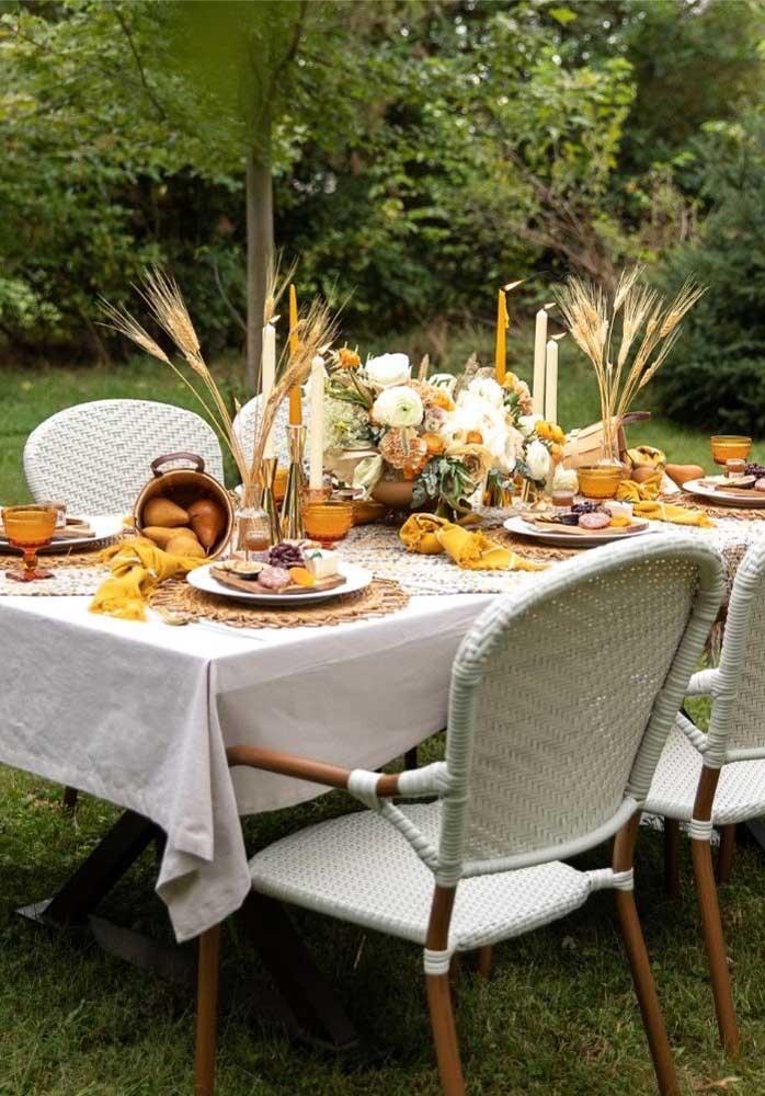 Queijos e vinhos no jardim. Uma recepção elegante em meio à natureza
