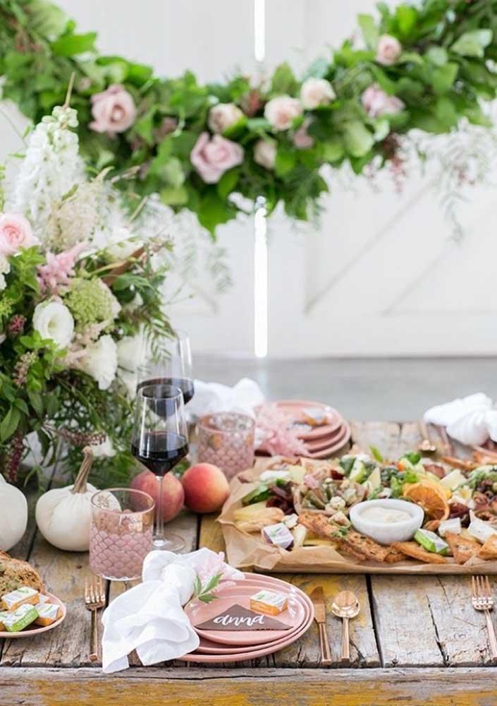 Disponha talheres e louças para cada convidado