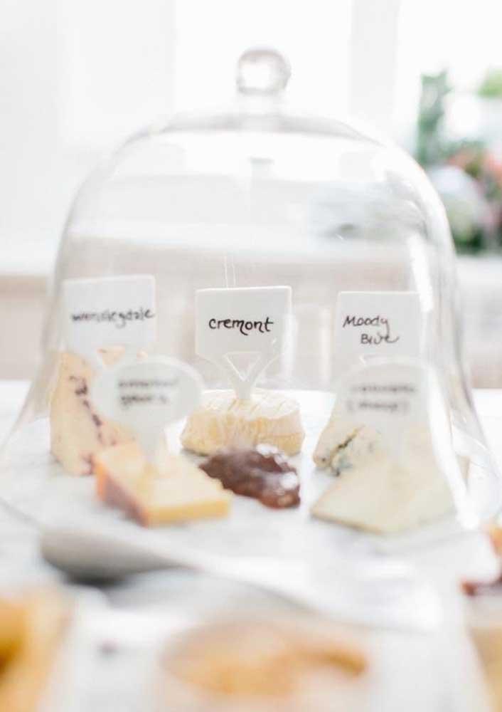 Plaquinhas para indicar os tipos de queijos
